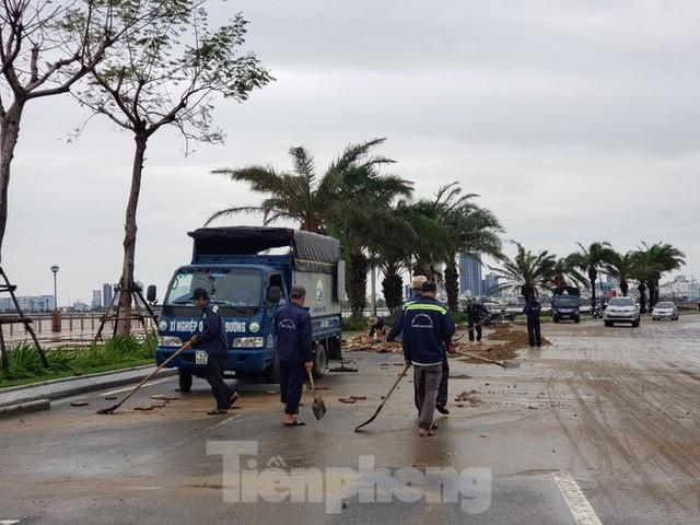 Bờ biển Đà Nẵng ngổn ngang, kè sông sụt lún vì bão số 13 - Ảnh 7.