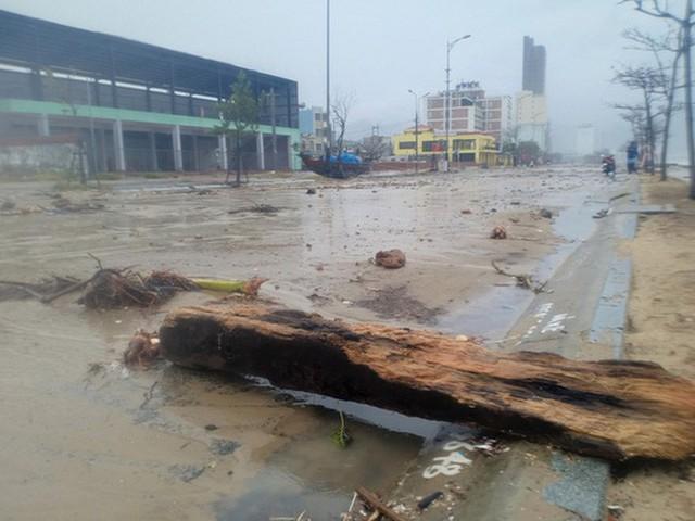 Những hình ảnh thiệt hại đầu tiên do bão số 13 gây ra ở miền Trung  - Ảnh 8.