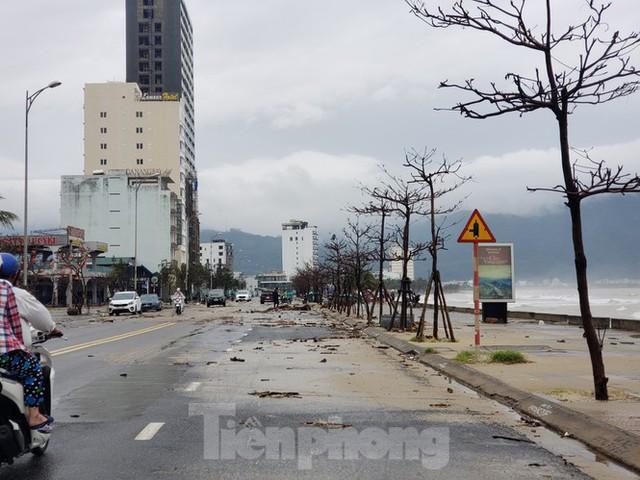 Bờ biển Đà Nẵng ngổn ngang, kè sông sụt lún vì bão số 13 - Ảnh 8.