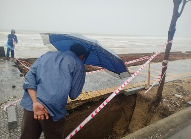 Những hình ảnh thiệt hại đầu tiên do bão số 13 gây ra ở miền Trung  - Ảnh 9.