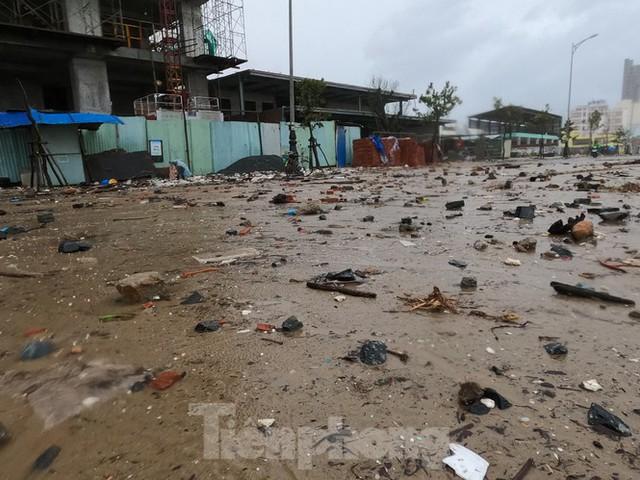Bờ biển Đà Nẵng ngổn ngang, kè sông sụt lún vì bão số 13 - Ảnh 9.