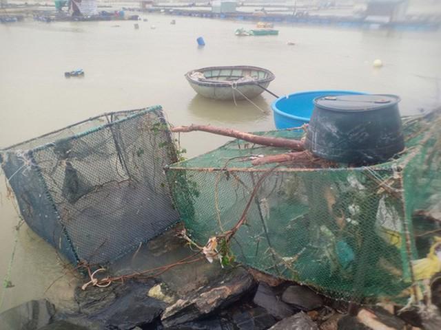 Những hình ảnh thiệt hại đầu tiên do bão số 13 gây ra ở miền Trung  - Ảnh 10.