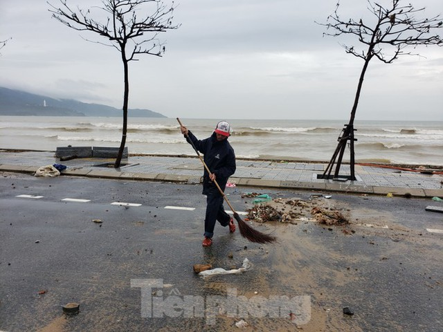 Bờ biển Đà Nẵng ngổn ngang, kè sông sụt lún vì bão số 13 - Ảnh 10.