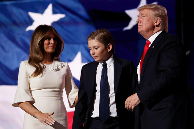 Thói quen thường xuyên của Hoàng tử Nhà Trắng Barron Trump khi đi cùng bố mẹ suốt 4 năm qua mà không mấy ai để ý tới - Ảnh 2.