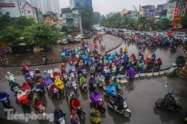 Mưa triền miên, phố phường Hà Nội tắc tứ bề sáng đầu tuần - Ảnh 13.