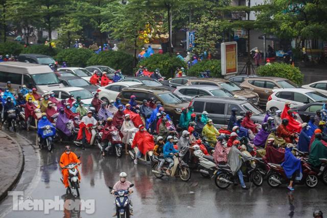 Mưa triền miên, phố phường Hà Nội tắc tứ bề sáng đầu tuần - Ảnh 15.