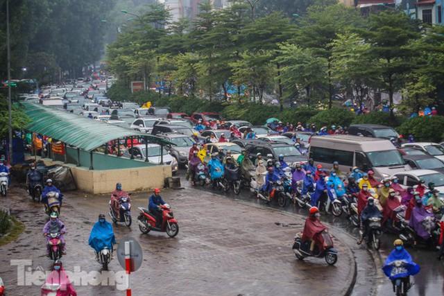 Mưa triền miên, phố phường Hà Nội tắc tứ bề sáng đầu tuần - Ảnh 16.