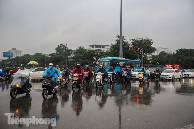 Mưa triền miên, phố phường Hà Nội tắc tứ bề sáng đầu tuần - Ảnh 17.
