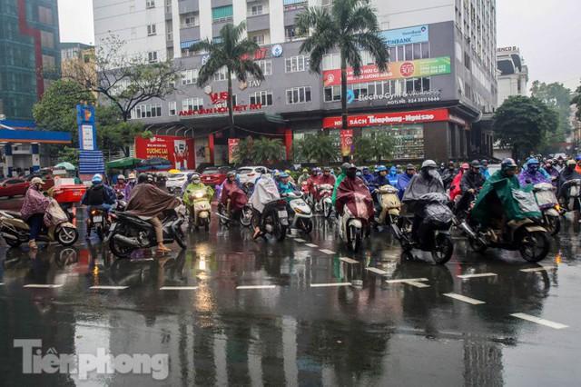 Mưa triền miên, phố phường Hà Nội tắc tứ bề sáng đầu tuần - Ảnh 18.