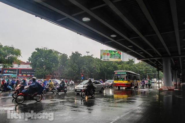 Mưa triền miên, phố phường Hà Nội tắc tứ bề sáng đầu tuần - Ảnh 19.