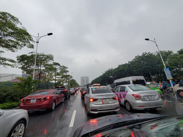 Mưa triền miên, phố phường Hà Nội tắc tứ bề sáng đầu tuần - Ảnh 20.