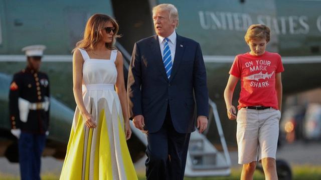 Thói quen thường xuyên của Hoàng tử Nhà Trắng Barron Trump khi đi cùng bố mẹ suốt 4 năm qua mà không mấy ai để ý tới - Ảnh 3.