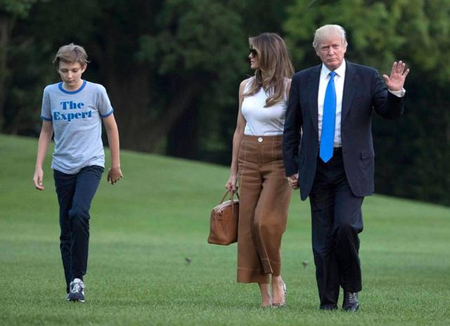 Thói quen thường xuyên của Hoàng tử Nhà Trắng Barron Trump khi đi cùng bố mẹ suốt 4 năm qua mà không mấy ai để ý tới - Ảnh 4.