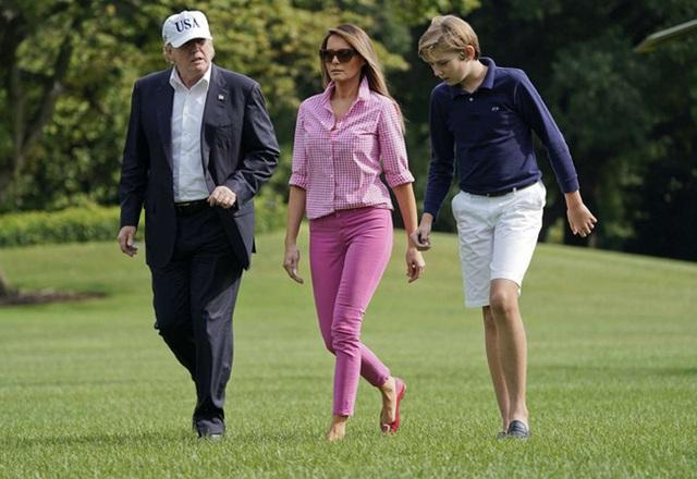 Thói quen thường xuyên của Hoàng tử Nhà Trắng Barron Trump khi đi cùng bố mẹ suốt 4 năm qua mà không mấy ai để ý tới - Ảnh 5.