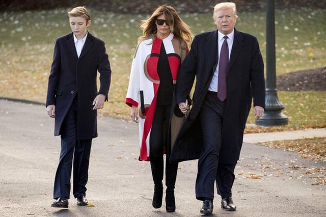 Thói quen thường xuyên của Hoàng tử Nhà Trắng Barron Trump khi đi cùng bố mẹ suốt 4 năm qua mà không mấy ai để ý tới - Ảnh 6.