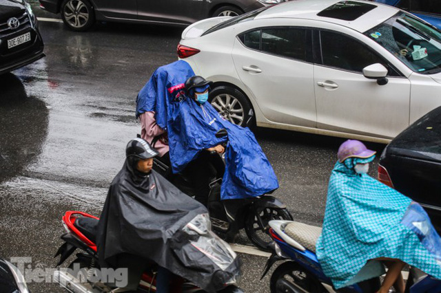 Mưa triền miên, phố phường Hà Nội tắc tứ bề sáng đầu tuần - Ảnh 7.