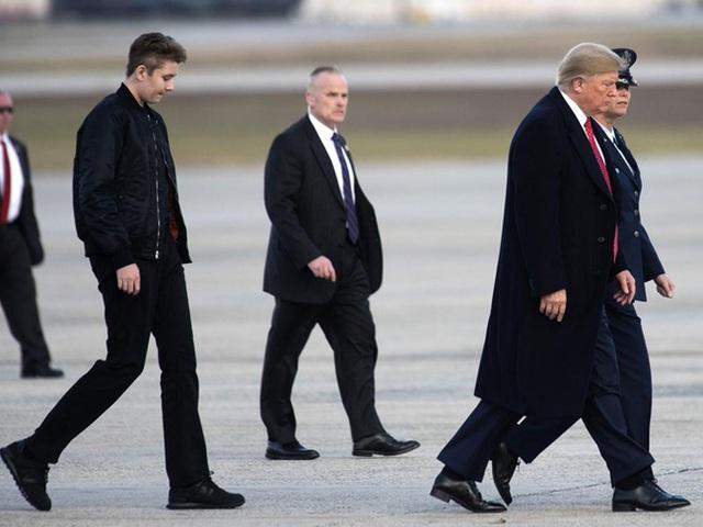 Thói quen thường xuyên của Hoàng tử Nhà Trắng Barron Trump khi đi cùng bố mẹ suốt 4 năm qua mà không mấy ai để ý tới - Ảnh 7.