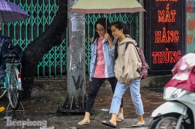 Mức phạt tăng tiền triệu, người dân Thủ đô vẫn thờ ơ với khẩu trang khi ra đường - Ảnh 7.
