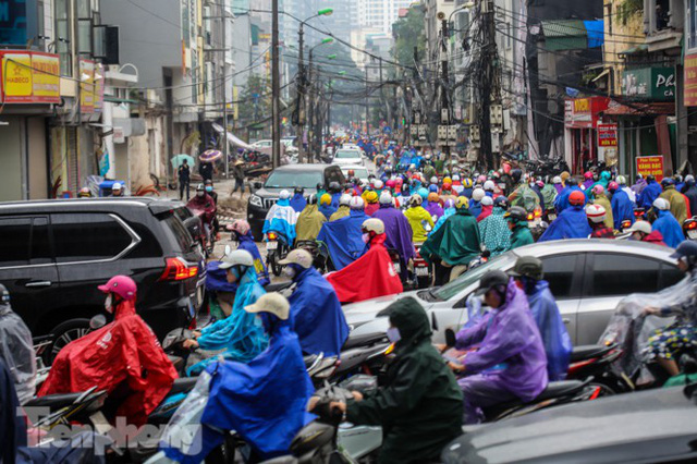 Mưa triền miên, phố phường Hà Nội tắc tứ bề sáng đầu tuần - Ảnh 8.