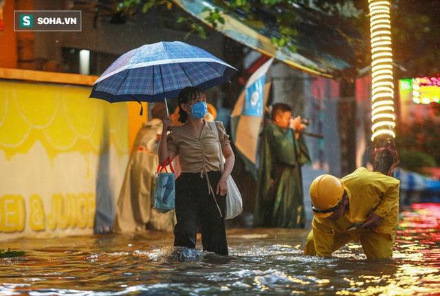 Sống ở rốn ngập Nguyễn Hữu Cảnh: Giữa TP.HCM mà tôi nghĩ mình như ở vùng lũ miền Trung vậy - Ảnh 9.