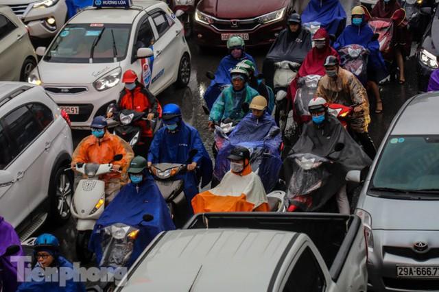 Mưa triền miên, phố phường Hà Nội tắc tứ bề sáng đầu tuần - Ảnh 9.
