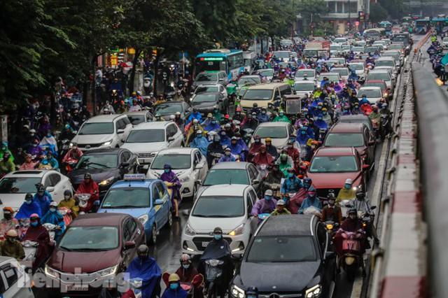 Mưa triền miên, phố phường Hà Nội tắc tứ bề sáng đầu tuần - Ảnh 10.