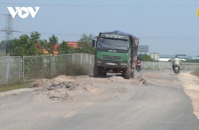 """""""Bất lực"""" nhìn đường gom 60 tỷ cao tốc Bắc Giang - Lạng Sơn bị """"cày"""" nát - Ảnh 1."""
