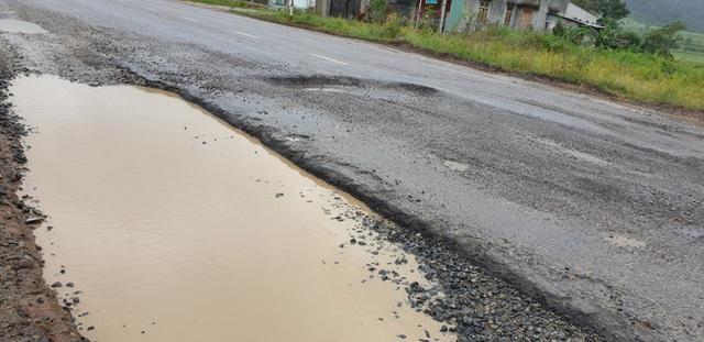 Đường quốc lộ 30 tỷ chằng chịt ổ voi như ruộng cày, đơn vị thi công nói không biết nguyên nhân hư hỏng - Ảnh 1.