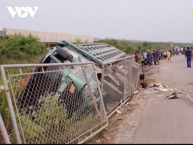 """""""Bất lực"""" nhìn đường gom 60 tỷ cao tốc Bắc Giang - Lạng Sơn bị """"cày"""" nát - Ảnh 4."""