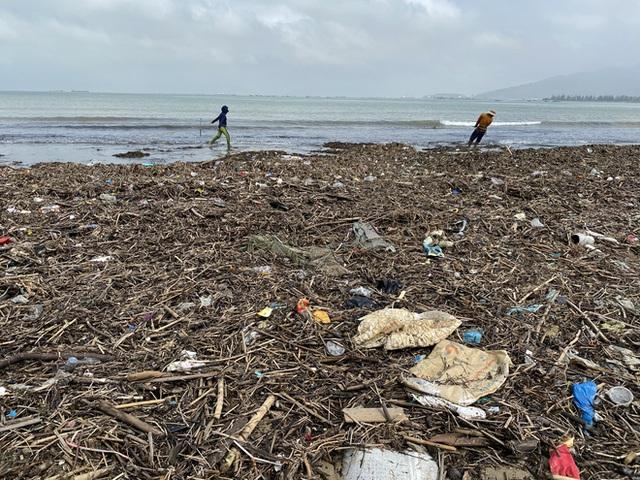 [Ảnh] Hơn 500 tấn rác dạt vào bãi biển Đà Nẵng - Ảnh 10.