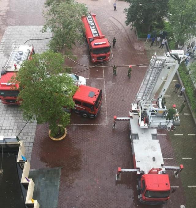 Cháy khách sạn cao tầng, nhân viên và khách bỏ chạy tán loạn - Ảnh 1.