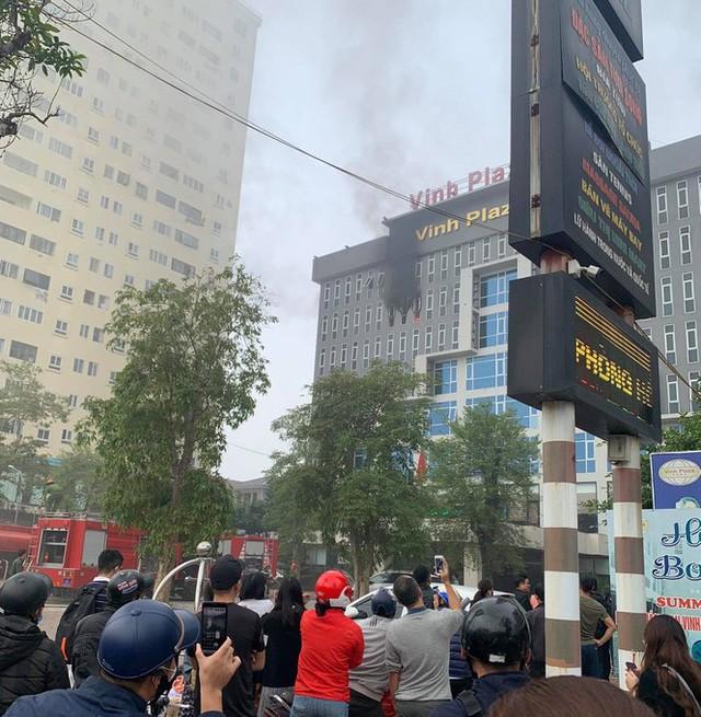 Cháy khách sạn cao tầng, nhân viên và khách bỏ chạy tán loạn - Ảnh 2.