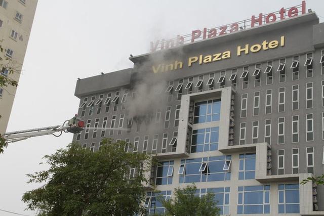 Cận cảnh bên trong khách sạn 4 sao vừa xảy ra hỏa hoạn, một phòng bị thiêu rụi hoàn toàn - Ảnh 1.