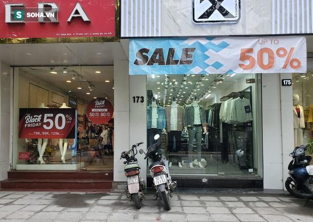 Phố thời trang hot nhất Hà Nội rợp biển giảm giá 80% trước ngày mua sắm khủng nhất năm - Ảnh 1.