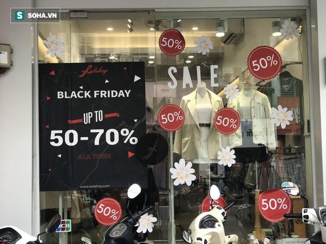 Phố thời trang hot nhất Hà Nội rợp biển giảm giá 80% trước ngày mua sắm khủng nhất năm - Ảnh 2.