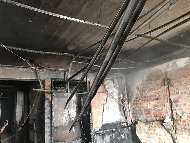 Cận cảnh bên trong khách sạn 4 sao vừa xảy ra hỏa hoạn, một phòng bị thiêu rụi hoàn toàn - Ảnh 11.