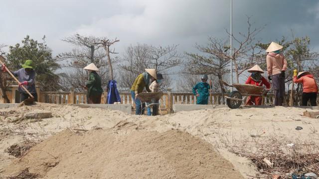 Kinh hãi với những núi rác khổng lồ trên bãi biển Đà Nẵng sau bão - Ảnh 12.