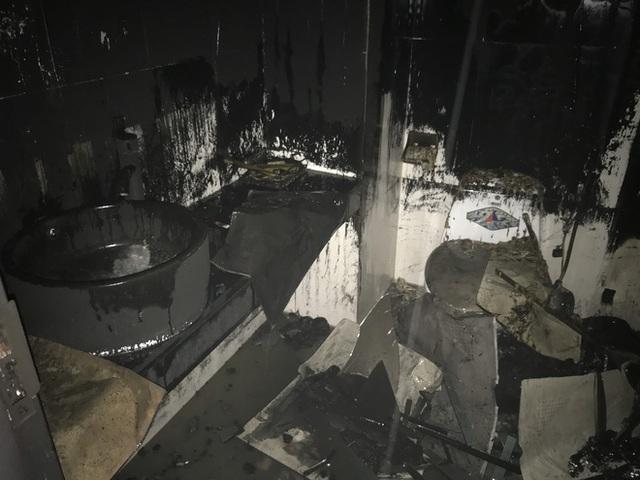 Cận cảnh bên trong khách sạn 4 sao vừa xảy ra hỏa hoạn, một phòng bị thiêu rụi hoàn toàn - Ảnh 12.