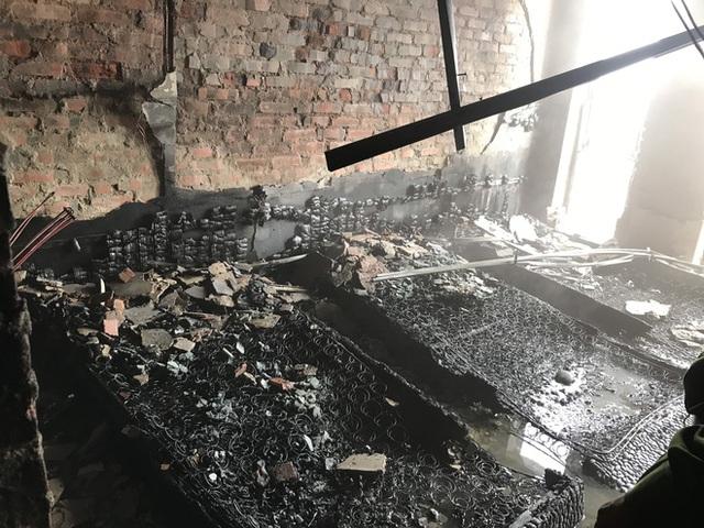 Cận cảnh bên trong khách sạn 4 sao vừa xảy ra hỏa hoạn, một phòng bị thiêu rụi hoàn toàn - Ảnh 13.