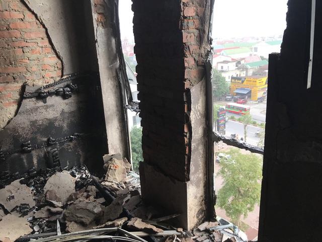 Cận cảnh bên trong khách sạn 4 sao vừa xảy ra hỏa hoạn, một phòng bị thiêu rụi hoàn toàn - Ảnh 15.