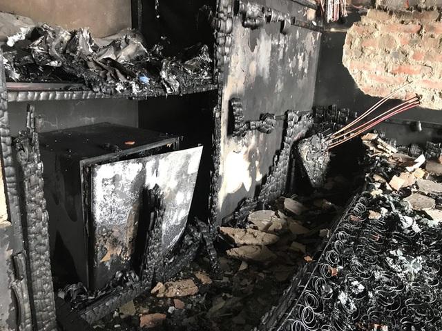 Cận cảnh bên trong khách sạn 4 sao vừa xảy ra hỏa hoạn, một phòng bị thiêu rụi hoàn toàn - Ảnh 16.