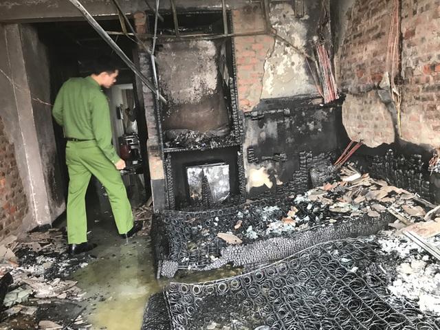Cận cảnh bên trong khách sạn 4 sao vừa xảy ra hỏa hoạn, một phòng bị thiêu rụi hoàn toàn - Ảnh 18.