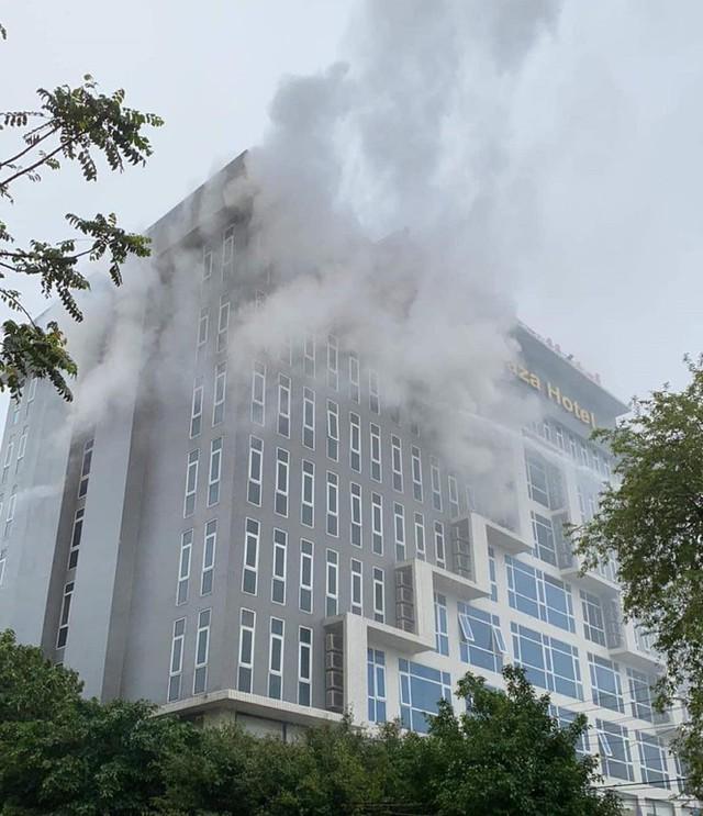 Cháy khách sạn cao tầng, nhân viên và khách bỏ chạy tán loạn - Ảnh 3.