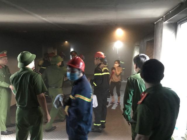 Cận cảnh bên trong khách sạn 4 sao vừa xảy ra hỏa hoạn, một phòng bị thiêu rụi hoàn toàn - Ảnh 4.