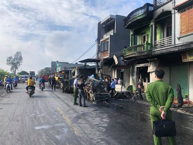 Hải Dương: 2 ô tô đầu kéo va chạm, 1 chiếc bốc cháy thiêu 3 nhà dân ven đường, tài xế tử vong - Ảnh 4.