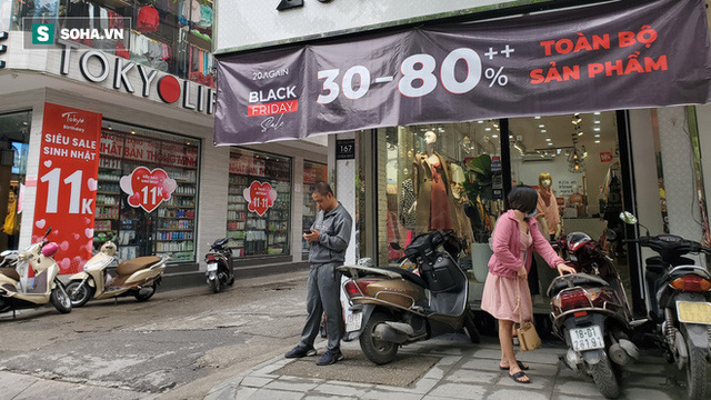 Phố thời trang hot nhất Hà Nội rợp biển giảm giá 80% trước ngày mua sắm khủng nhất năm - Ảnh 5.