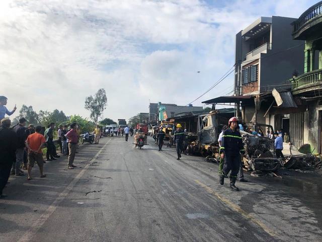 Hải Dương: 2 ô tô đầu kéo va chạm, 1 chiếc bốc cháy thiêu 3 nhà dân ven đường, tài xế tử vong - Ảnh 5.