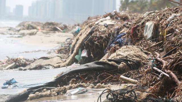 Kinh hãi với những núi rác khổng lồ trên bãi biển Đà Nẵng sau bão - Ảnh 7.