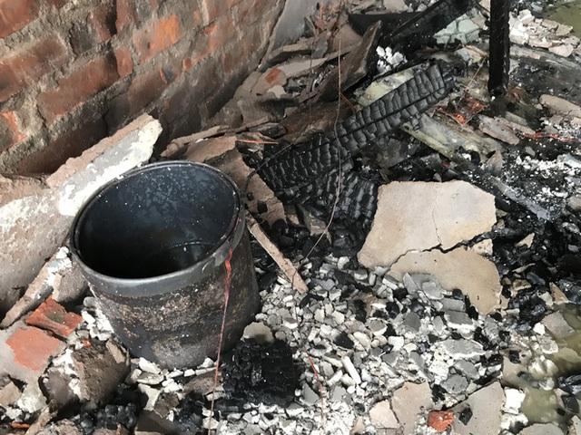 Cận cảnh bên trong khách sạn 4 sao vừa xảy ra hỏa hoạn, một phòng bị thiêu rụi hoàn toàn - Ảnh 10.