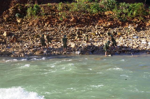 Cận cảnh những khối bê tông 'khủng' nghi vùi lấp nạn nhân mất tích ở Rào Trăng 3 - Ảnh 11.
